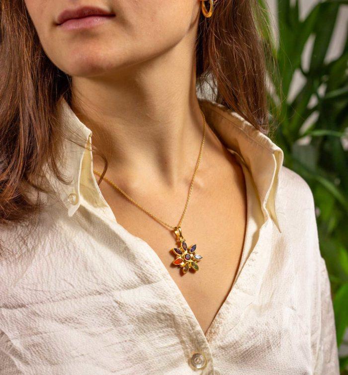 Chakrakette Flower getragen