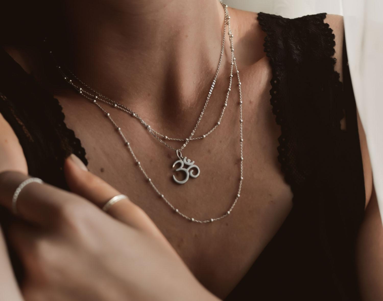 Halskette mit dem Yogasymbol OM in Silber mit Model Dekolleté