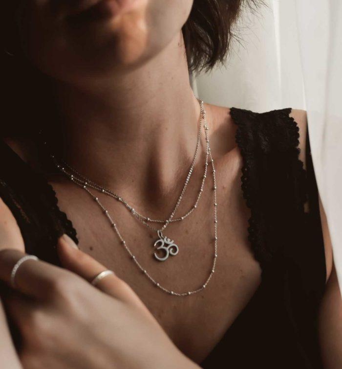 Halskette mit dem Yogasymbol OM in Silber mit Model