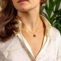 Halskette mit Peace Symbol und schwarzem Onyx mit Model