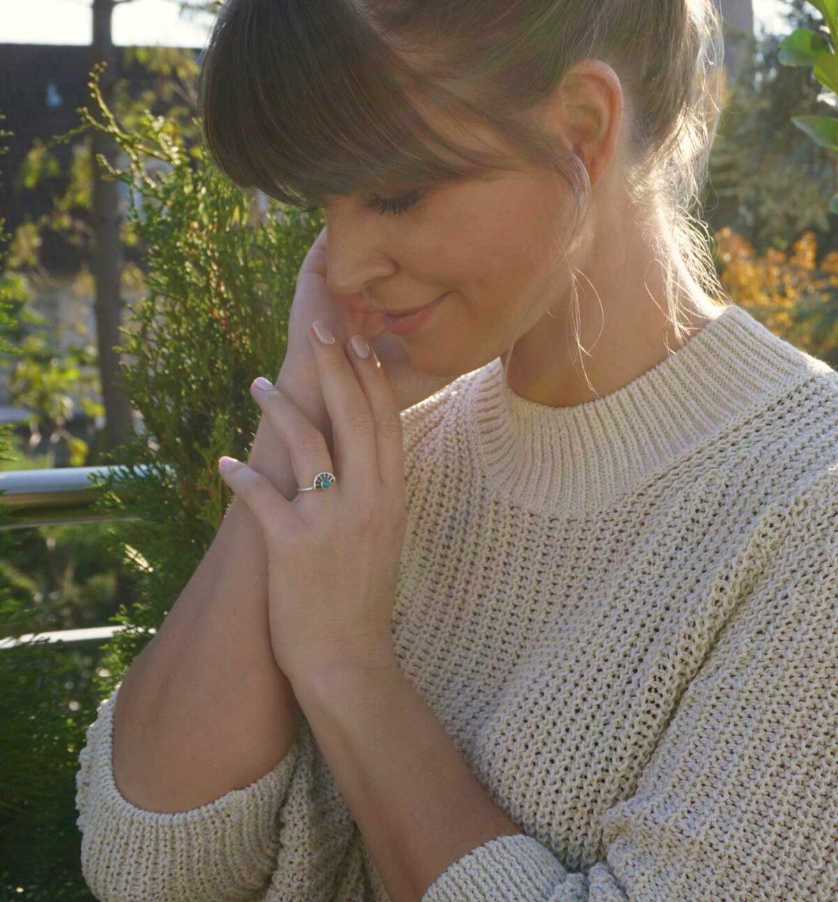 Ring im Bohemian Stil von Model getragen
